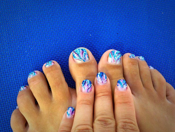 Покрытие ногтей ног лаком